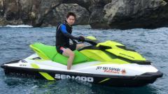 Indosport - Kevin Sanjaya Sukamuljo bermain jetski.