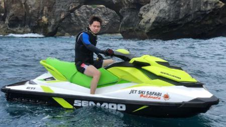 Kevin Sanjaya Sukamuljo bermain jetski. - INDOSPORT