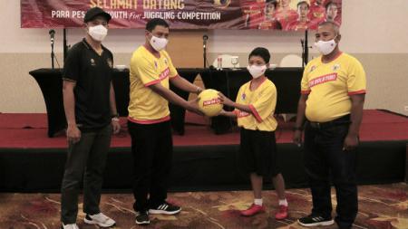 """Sebanyak 310 siswa perwakilan dari 14 Sekolah Sepak Bola (SSB) di Kabupaten Magelang, mengikuti kegiatan """"Main Bola Yuk, Youth Fun Juggling Competition"""" yang digelar Kementrian Olahraga Minggu (29/11/20). - INDOSPORT"""