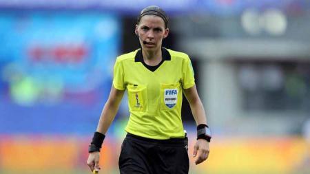 Pimpin pertandingan Juventus vs Dynamo Kiev di fase grup, Stephanie Frappart jadi wasit wanita pertama di Liga Champions. - INDOSPORT
