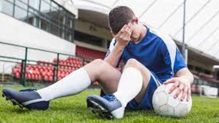Ilustrasi pemain sepak bola sakit kepala. - INDOSPORT