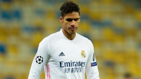 Sah Jadi Pemain Manchester United, Solskjaer Tak Sabar Mainkan Raphael Varane. - INDOSPORT