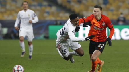 Rodrygo terjatuh saat berduel di laga Shakhtar Donetsk vs Real Madrid - INDOSPORT