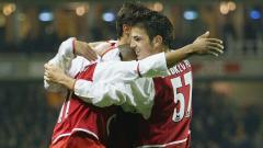Indosport - Cesc Fabregas memeluk rekan setim usai mencetak gol kelima Arsenal dalam pertandingan Piala Liga Inggris kontra Wolverhampton, 2 Desember 2003.