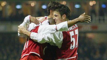 Cesc Fabregas memeluk rekan setim usai mencetak gol kelima Arsenal dalam pertandingan Piala Liga Inggris kontra Wolverhampton, 2 Desember 2003. - INDOSPORT