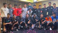 Indosport - Skuat Garuda Select saat dikunjungi Iwan Fals.