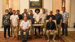 Indosport - Bagus Kahfi bersama Ketum PSSI, Mochamad Iriawan, dan Manajemen Barito Putera.