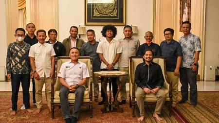 Bagus Kahfi bersama Ketum PSSI, Mochamad Iriawan, dan Manajemen Barito Putera. - INDOSPORT