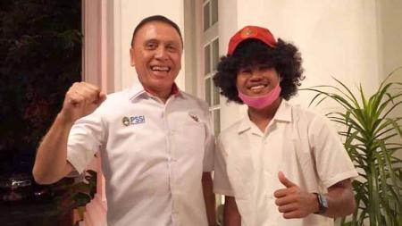 Bek Bali United, Gavin Kwan Adsit ikut berbahagia Amiruddin Bagus Kahfi segera bergabung dengan salah satu tim elit Belanda, FC Utrecht. - INDOSPORT