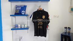 Indosport - Jersey ketiga PSIS (hitam) yang didisplay di PSIS Store, Komplek Stadion Citarum, Semarang.