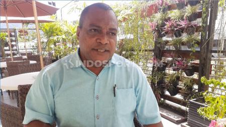 Salah seorang legenda Persipura Jayapura, Jack Kamasan Komboy, menyesalkan keputusan manajemen Persipura yang menghentikan seluruh aktivitas tim. - INDOSPORT