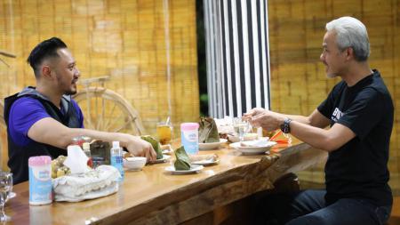 Ganjar Pranowo ketika menjamu AHY dengan garang asem dan ikan mangut di rumah dinas Puri Gedeh, Semarang. - INDOSPORT
