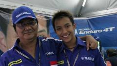 Indosport - Pembalap Indonesia, Doni Tata Pradita (kanan) saat mendapatkan wild card turun pada GP125 2005 di Sirkuit Sepang, Malaysia.