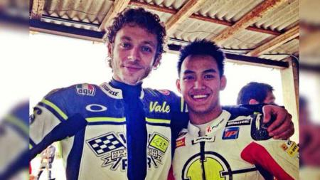 Pembalap Indonesia, Doni Tata Pradita, bersama Valentino Rossi. - INDOSPORT