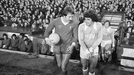 Kevin Keegan (kanan) kembali ke Anfield dengan seragam Hamburg SV dalam pertandingan Piala Super Eropa, 6 Desember 1977. - INDOSPORT