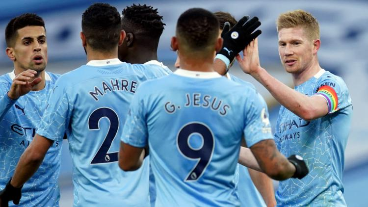 Selebrasi Kevin De Bruyne usai mencetak gol penalti di laga Manchester City vs Fulham Copyright: Dave Thompson/PA Images via Getty Images