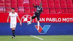Indosport - Real Madrid menangi laga LaLiga Spanyol lanjutan usai Sevilla lakukan gol bunuh diri karena gagal bendung serangan Vinicius Junior.