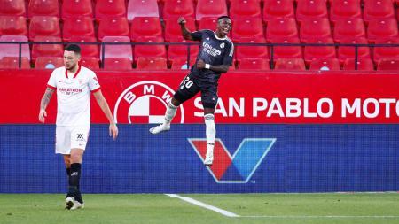Real Madrid menangi laga LaLiga Spanyol lanjutan usai Sevilla lakukan gol bunuh diri karena gagal bendung serangan Vinicius Junior. - INDOSPORT