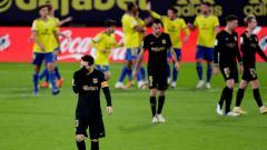 Indosport - Lionel Messi tertunduk lesu dalam laga Cadiz vs Barcelona