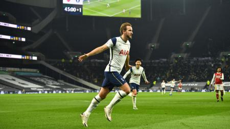 Penyerang Tottenham Hotspur, Harry Kane, bakal berstatus sebagai pemain dengan bayaran tertinggi di Liga Inggris jika pindah ke Manchester City. - INDOSPORT