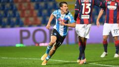 Indosport - Hirving Lozano berselebrasi usai mencetak gol dalam laga Crotone vs Napoli