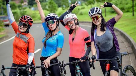 Tante Ernie (kanan) bersepeda dengan teman-temannya - INDOSPORT