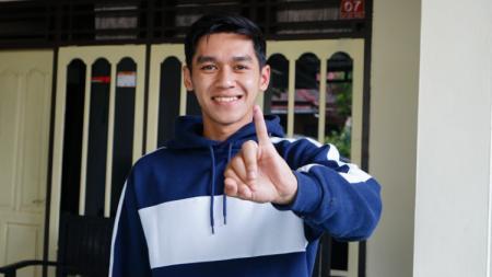 Septian David Maulana menunjukkan tinta di jarinya usai mencoblos dalam Pilkada Kota Semarang. - INDOSPORT