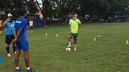 Coaching Clinic yang dilakukan Oktafianus Fernando di SSB Putra Lion Star. - INDOSPORT
