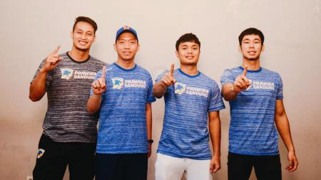 Pelatih Prawira Bandung, Andre Yuwandi (kedua dari kiri) bersama pemainnya. - INDOSPORT