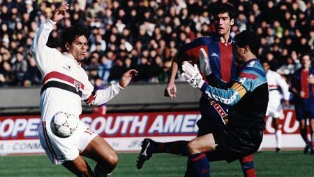 Bintang Sao Paulo, Rai Souza, membobol gawang Barcelona dalam pertandingan Piala Interkontinental, 13 Desember 1992. - INDOSPORT