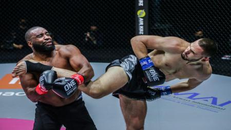 Rade Opacic (kanan) menandai debutnya di ONE Championship dengan mengalahkan lawannya Erol Zimmerman. - INDOSPORT