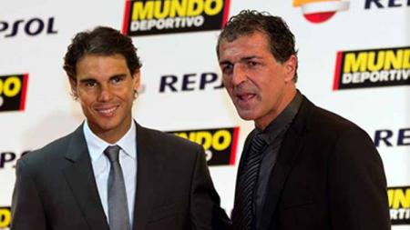 Rafael Nadal bersama mantan pemain Barcelona, Miguel Angel Nadal, yang adalah pamannya. - INDOSPORT