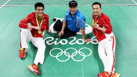 Mantan kepala pelatih bulutangkis China, Li Yongbo, bersama Fu Haifeng dan Zhang Nan di Olimpiade Rio 2016. - INDOSPORT