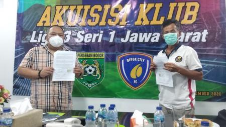 Owner Persebam Bogor, Delif Subekti, dan CEO Depok City FC, Supari, berfoto bareng usai meneken akuisisi klub di Depok, Rabu (18/11/20). - INDOSPORT