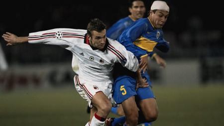 Striker AC Milan, Andriy Shevchenko, berduel dengan pemain Boca Juniors dalam pertandingan Piala Interkontinental, 14 Desember 2003. - INDOSPORT