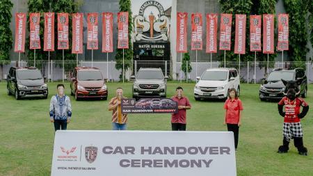 Lima mobil baru dari Wuling Motors diterima Bali United di Lapangan Banteng, Seminyak, Kuta, Badung. - INDOSPORT