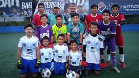 Mantan kiper Persib Bandung, Gatot Prasetyo (tengah) dan Agus Atha (pakai topi) saat privat goal keeper di camp Akademi Persib Cimahi (APC) belum lama ini. - INDOSPORT