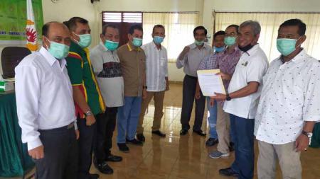 John Ismadi Lubis (dua kanan) saat mengambil formulir pendaftaran Calon Ketua Umum KONI Sumut 2021-2025, Selasa (15/12/20). - INDOSPORT