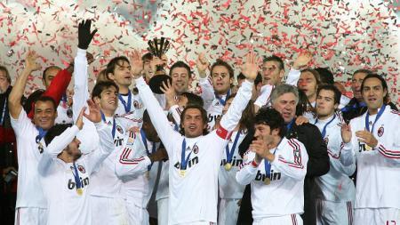 Selebrasi juara AC Milan mengangkat trofi Piala Dunia Klub usai mengalahkan Boca Juniors, 16 Desember 2007. - INDOSPORT