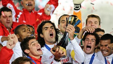 Selebrasi SC Internacional usai memastikan diri sebagai kampiun Piala Dunia Klub, 17 Desember 2006. - INDOSPORT