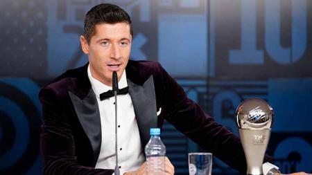Pemain Bayern Munchen, Robert Lewandowski sukses mengalahkan Cristiano Ronaldo dalam perebutan gelar pemain terbaik FIFA 2020. - INDOSPORT