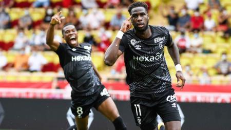 Raksasa Liga Inggris, Arsenal, dikabarkan sedang membidik striker rival terberat Kylian Mbappe, Boulaye Dia (kanan). - INDOSPORT