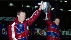 Indosport - Sir Alex Ferguson mengangkat trofi Piala Super Eropa saat menangani Aberdeen, 20 Desember 1983.