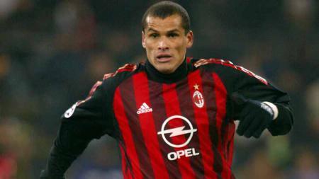 Sukses menjadi juara Piala Dunia 2002 bersama Brasil, Rivaldo justru berubah menjadi pemain terburuk Serie A Italia usai pindah ke AC Milan. - INDOSPORT