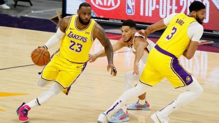 LeBron James dan Anthony Davis berjibaku dengan Devin Booker di laga Pramusim NBA antara Phoenix Suns vs LA Lakers, Sabtu (19/12/20). - INDOSPORT