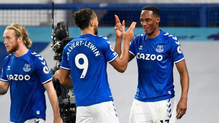Yerry Mina dan Dominic Calvert-Lewin merayakan gol ke gawang Arsenal. - INDOSPORT