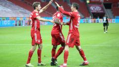 Indosport - Robert Lewandowski merayakan golnya ke gawang Bayer Leverkusen bersama Thomas Muller.