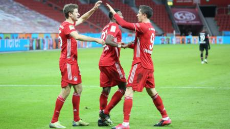 Robert Lewandowski merayakan golnya ke gawang Bayer Leverkusen bersama Thomas Muller. - INDOSPORT
