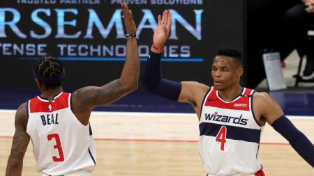 Pemain baru Washington Wizards, Russell Westbrook, selebrasi bersama Bradley Beal dalam laga Pramusim NBA melawan Detroit Pistons, Minggu (20/12/20). - INDOSPORT
