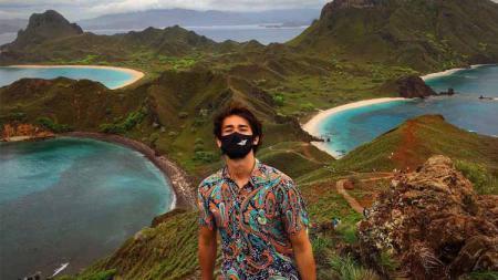 Bek Bali United, Gavin Kwan, berlibur ke Labuan Bajo dan Pulau Komodo. - INDOSPORT